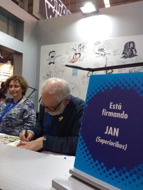 Jan firmando ejemplares en el stand de Planeta Cómic